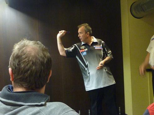 Phil am Practice Board, Das muss man sehen, der Wahnsinn was er da nochmal für ne Schippe drauf legen kann wenn er ohne Druck spielt!