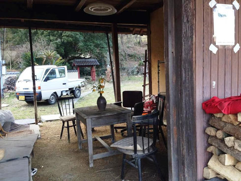 入口から見たところ。奥は旧家の庭園跡になっており、現在復旧作業中です。
