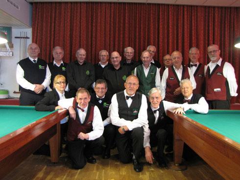 Spelers (staande) en arbiters in het Top 12 toernooi 2012 te Valthermond.