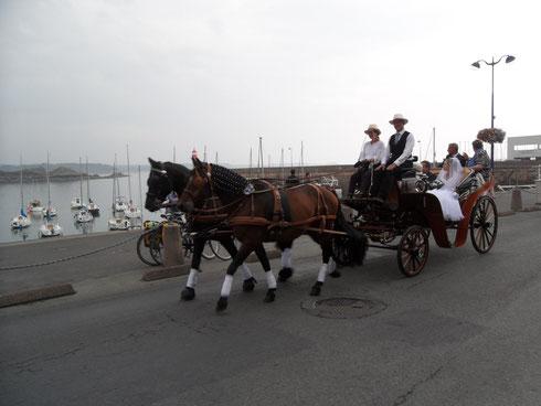 Balade sur les bords de mer pour les jeunes mariés!