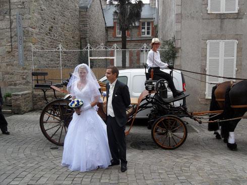Nous déposons les mariés à l'église...