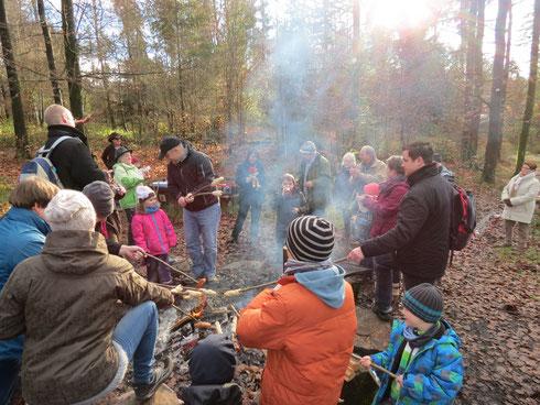 Stockbrot und Würstchen am Feuer