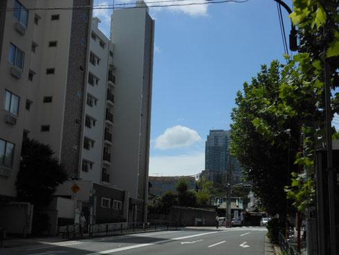 泉岳寺駅前からお寺に向かってみたところです。今はまだ門の存在感を感じられます。