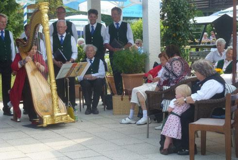 Alt und Jung lauschten dem Spiel der Harfenistin Annette Hornsteiner