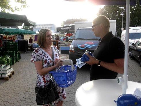 MdB Frank Schäffler im persönlichen Gespräch auf dem Bünder Wochenmarkt