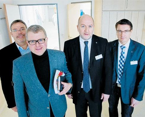 In neuen hellen Räumen von links nach rechts: Martin Lohrie, Frank Schäffler (beide FDP), Dr. Stefan Kerst (Vorstand Lukas-Krankenhaus) und der kaufmännische Leiter Direktor Ulrich Falk