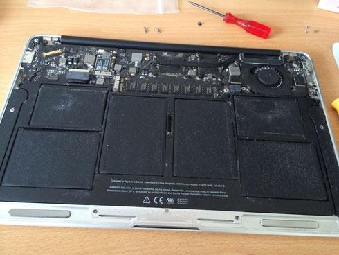 MacBook Air 裏蓋を外した図
