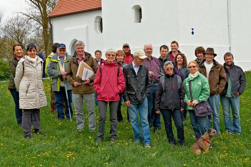 Beeindruckt waren die Teilnehmer der Frühjahrswanderung von der Kirche St. Peter und Paul in Berghofen, die seit der Renovierung 2010 wieder der Öffentlichkeit zugänglich ist.