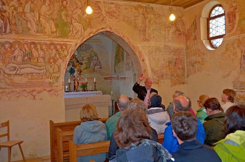 Josef Maierbeck erläuterte die um 1380/90 als Armenbibel für die leseunkundigen Gläubigen angelegten Fresken im Inneren der Kirche St. Peter und Paul in Berghofen.