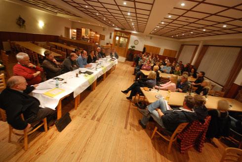 Links der Gemeinderat der Gemeinde Heinbockel und rechts fas 40 Mütter und Väter