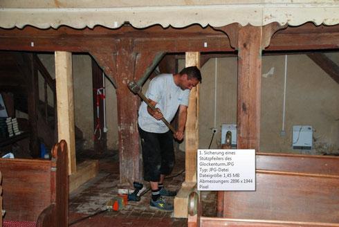 Zum Beginn der Arbeiten am Fundament des Turmfachwerks erfolgen Sicherungsarbeiten