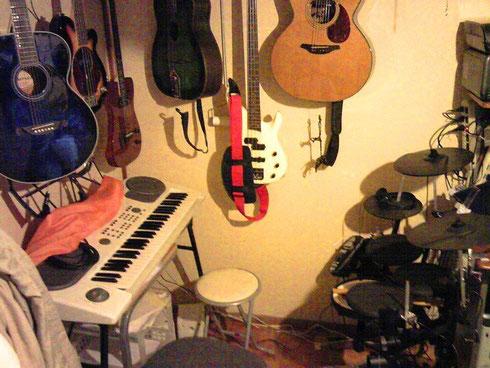 ギター、ベース、シンセ、電子ドラム