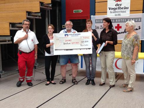 Übergabe der Spende an die DKMS bei der Typisierungsaktion für Angelika Hefele