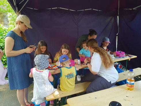Beim Muttertagskäferbasteln Nicole Warter, Maurice Lamade und 2 JRK-Kids