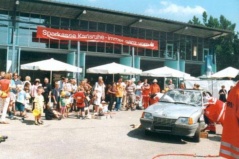 2000: Erste Durlacher Leistungsschau der Rettungsorganisationen auf dem Areal des Weiherhofs