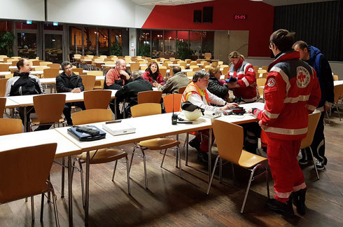Bei der Versorgung der Evakuierten in der Kantine der VBK Karlsruhe