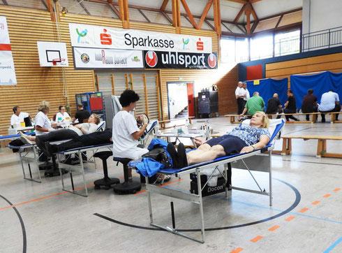 Einblick in den Abnahmeraum der Blutspende in der Weiherhofhalle