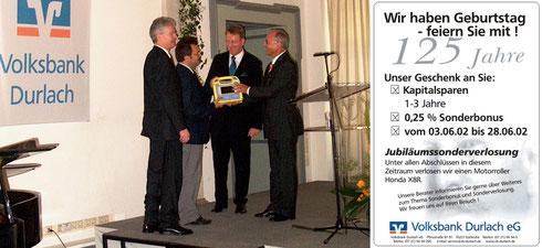 2002: Spendenübergabe eines Defibrillators anlässlich 125-jährigem Bestehen der Volksbank