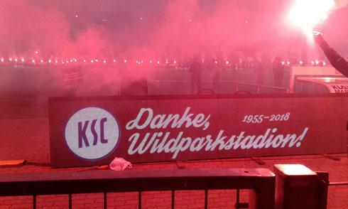 """Supporters verabschieden das """"alte"""" Wildparkstadion im Event nach dem Spiel"""