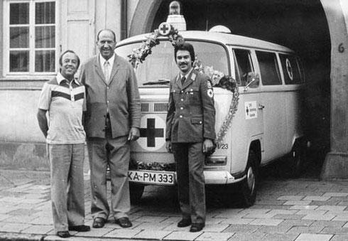 """1977: Feierliche Übergabe des damaligen Krankentransportwagens """"1-23"""""""