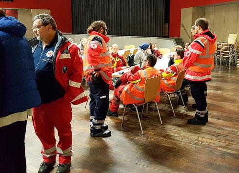 Personal Regelrettungsdienst und evakuierte Personen in der Kantine der VBK Karlsruhe