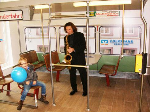 Ein wenig Nostalgie: Fototapete mit arrangierter Straßenbahn der Holzklasse