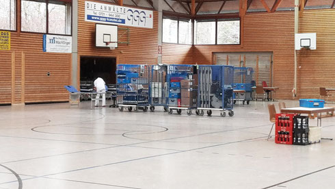 Aufbau der Spendelokalität bei Ankunft der Teams des Blutspendedienstes