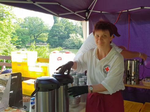 Für Kaffee von 8-18 Uhr sorgten Riccardo Seifried und Margarete Kall am Kaffee-Pavillon