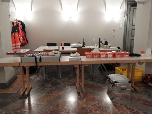 Beim Aufbau einer Sanitätsstation in der Karlsburg zur Erstversorgung der Notfallpatienten