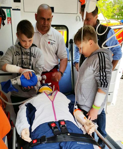 Andreas Raupp bei der Vorführung und Anleitung im Notfall-KTW