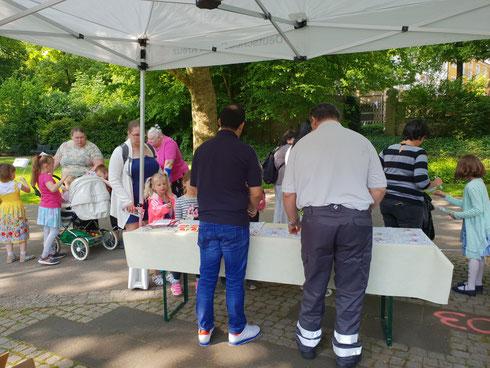 Informationsstand des Blutspendedienstes mit Refrent Cüneyt Demirel sowie Bernd Pfeiffer