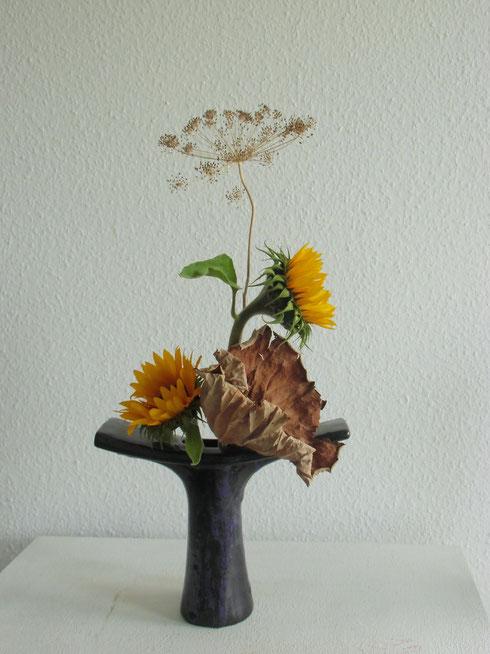 Sonnenblumen mit getrockneten Dill und Lotusblatt