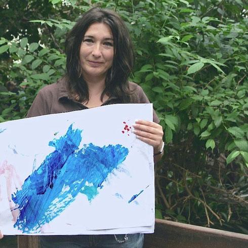 Christine Peter mit einer der ersten Arbeiten von Orang Utan-Weibchen Sandra.