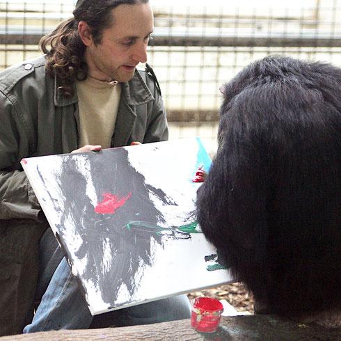 Leintalzoo Schwaigern: Juniorchef Matthias Geßmann bei Malexperimenten mit einem Schimpansenweibchen.