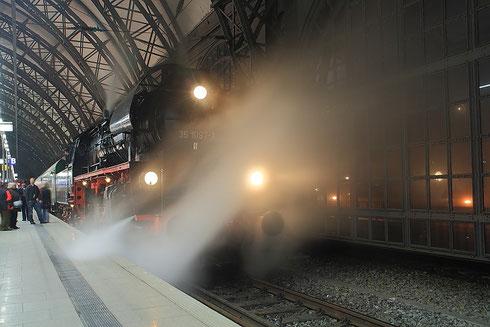 35 1097 mit Leipziger Sonderzug im Dresdner Hauptbahnhof