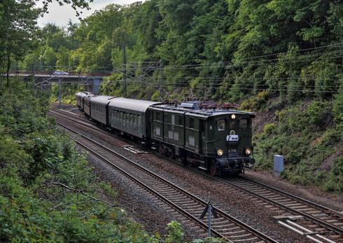 E77 10 bei der Ausfahrt aus dem Bahnhof Klingnberg Colmnitz