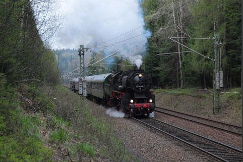 Parallelfahrt von 52 8079 und 18 201 (leider verdeckt) auf der Tharandter Rampe