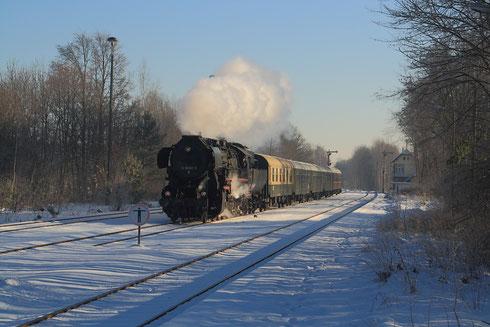 52 8080 mit Abschiedssonderzug der Horka-Schiene  bei der Einfahrt in Niesky