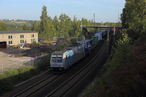 185 671 mit Containerzug und Schublok 186 271 in Muldenhütten
