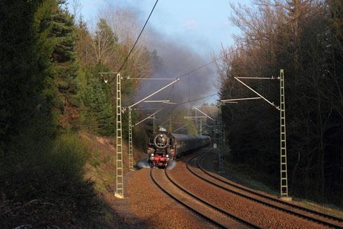 52 8079 und 345 119 am Zugschluss mit Wagenüberführung bei Dorfhain