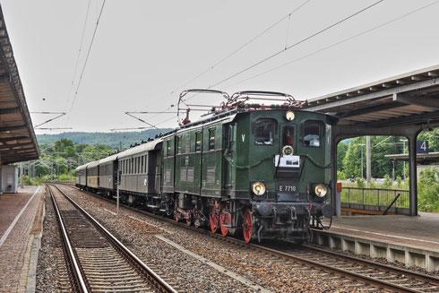 E77 10 mit Regionalbahn in Flöha