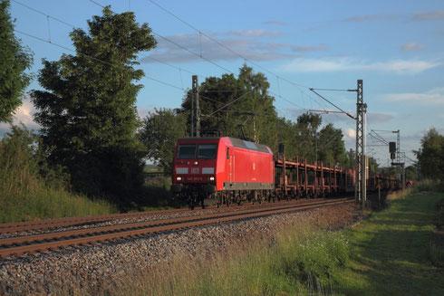 145 003 mit Autoleerzug am BÜ Colmnitz