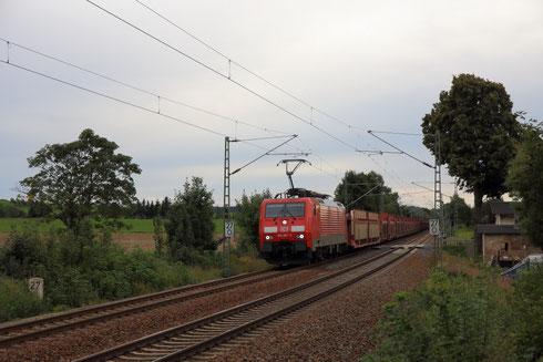 189 057 mit Autoleerzug 47355 am BÜ Colmnitz