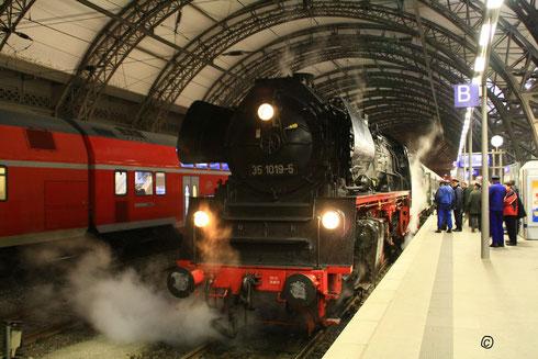 35 1019 mit dem Sonderzug kurz vor der Abfahrt nach Cottbus