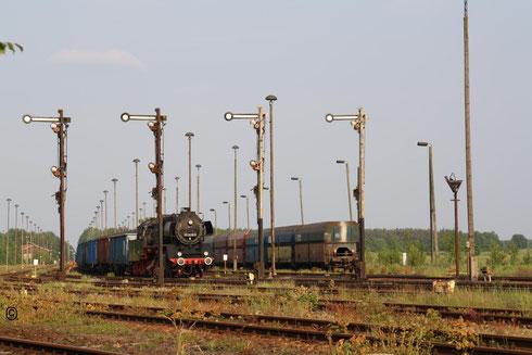 Die 50er mit ihrem Zug beim Warten auf den Rangiere, welcher den ganzen Zug abliefund jede Bremse anschlug