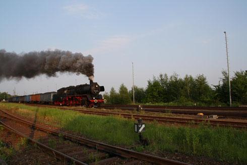 Dann 3 Stunden nach Ankunft des Zuges und einer insgesamten Wartezeit von 7 Stunden das Highlight des Tages: Die Abfahrt des Vollzuges