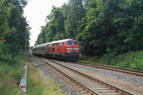 218 345 mit IC bei der Einfahrt in Ückeritz