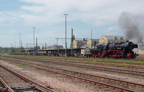 52 8131 mit Containerzug in Freiberg