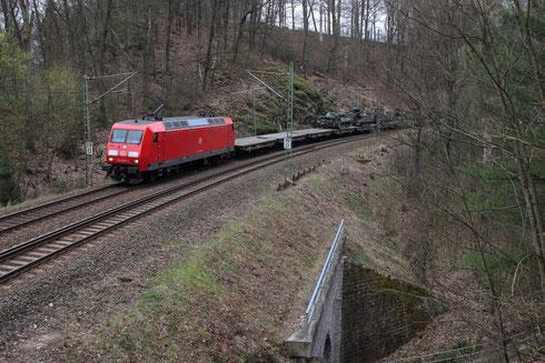 145 020 und 233 525 am Zugschluss mit einem Miltitärzug bei Dorfhain
