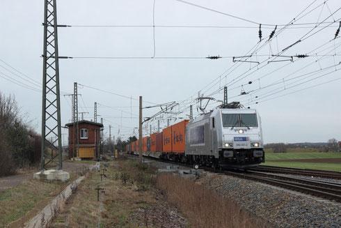 386 001 mit einem Containerzug im Zeithainer Bogendreieck